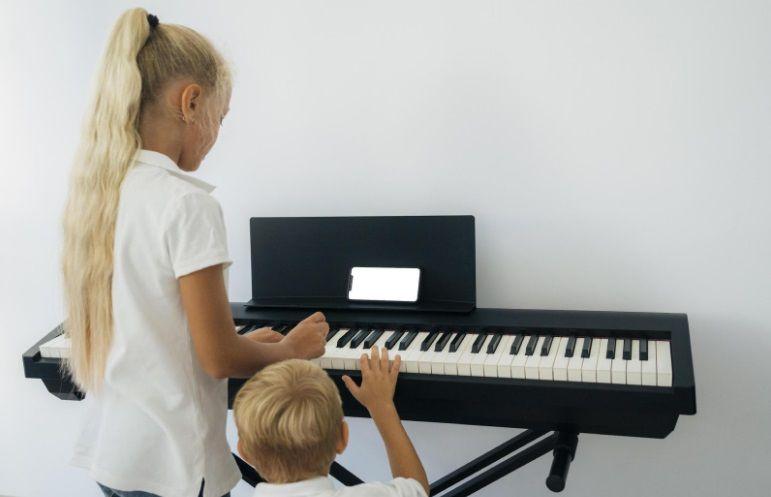 Banyak cara mudah untuk belajar piano bagi si kecil, termasuk membaca not balok